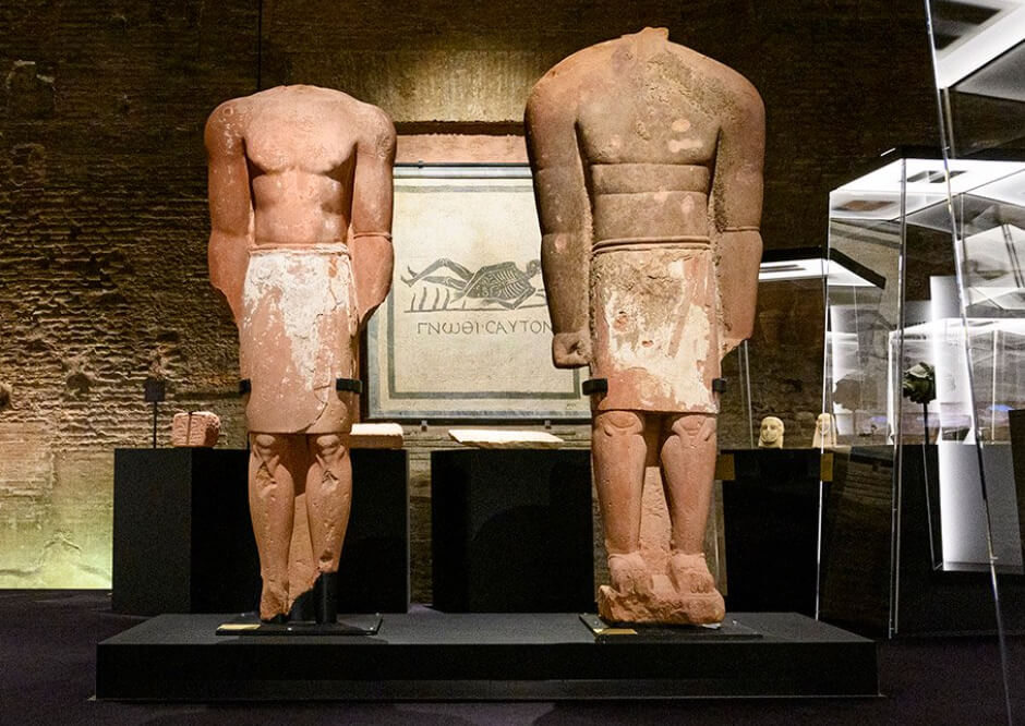 Preview of the interior of a museum exhibit with objects from ancient Rome..